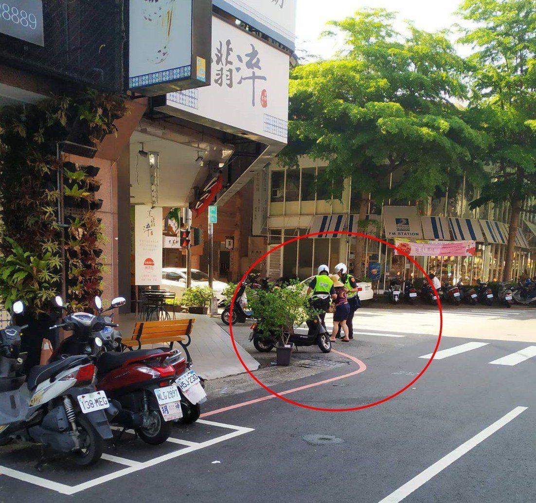 台中市第二警分局警員陳彥彰(右下)14日協助跌倒婦人,被行經該處市民拍攝,市民還...
