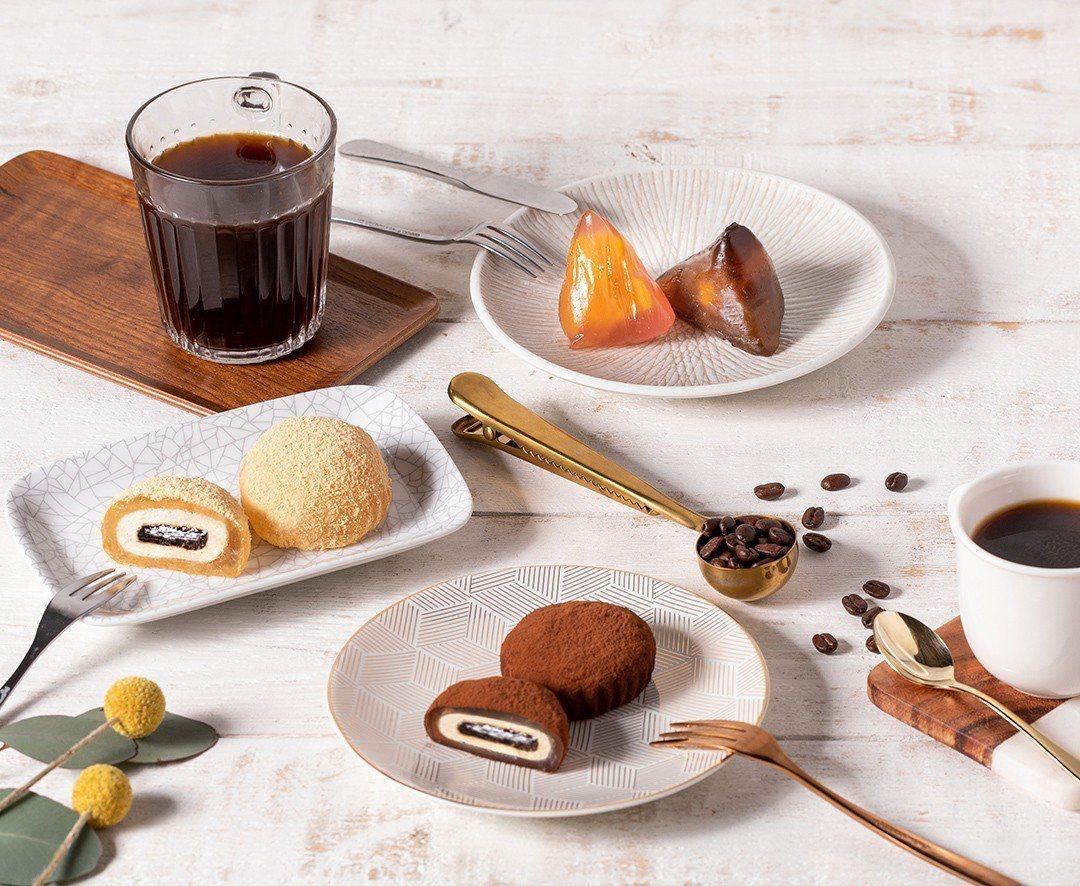 星巴克2019端午節夏日沁涼禮盒─「星蕨餅」及「星冰粽」。圖/星巴克提供