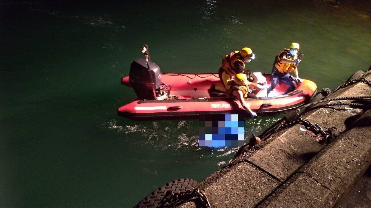 台二線濱海公路瑞芳水湳洞附近,昨晚有釣客發現有人在海中載浮載沉,消防隊尋獲大體。...