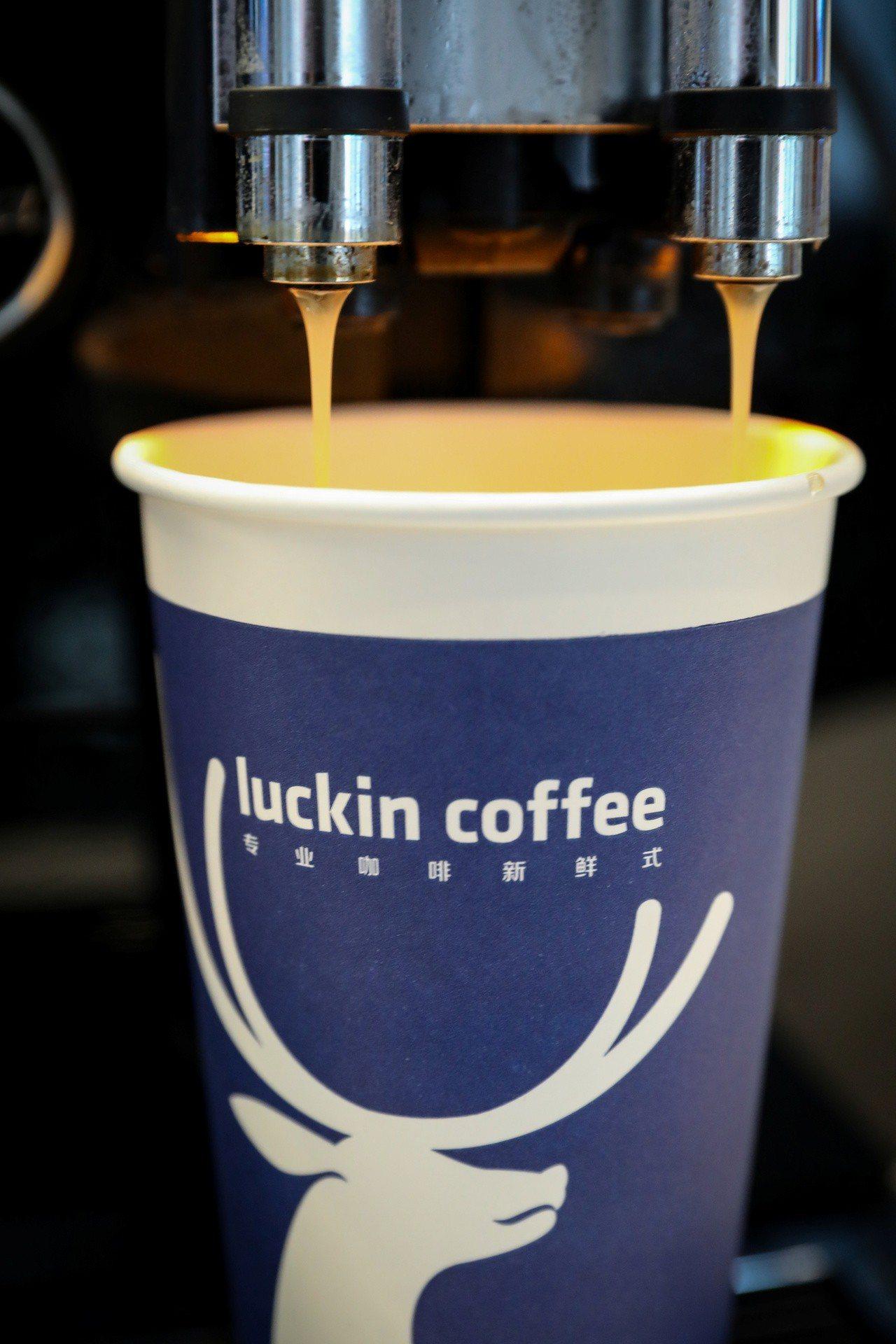 瑞幸咖啡上市首日大漲約20%。路透