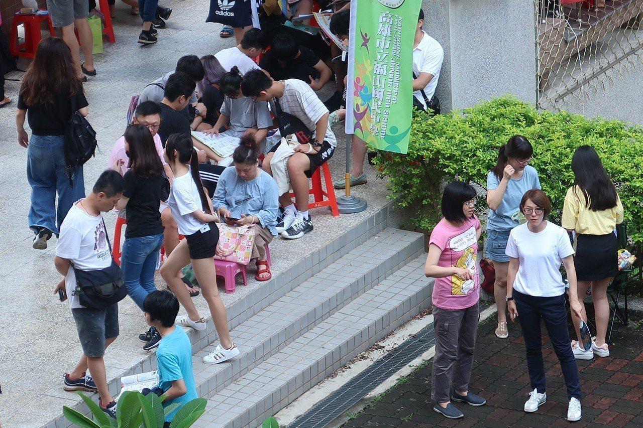 國中教育會考登場,試務單位為流感學生開預備試場隔離應試。記者徐如宜/攝影