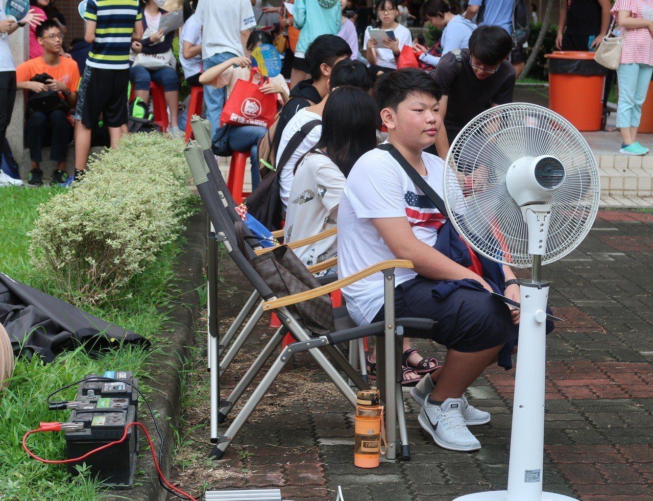 有家長自備發電機,讓考生隨時隨地有電風扇可吹。記者徐如宜/攝影