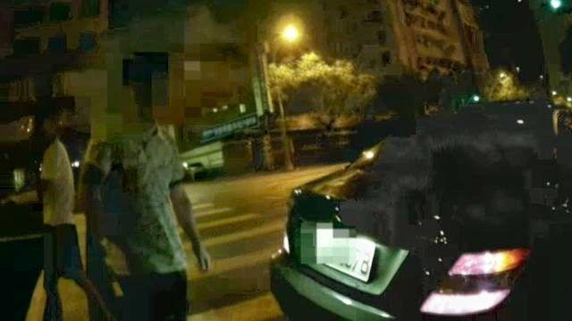 王姓男子(右)面對女警質問,直稱「屁啦」否認踢走裝毒塑膠罐。記者林保光/翻攝