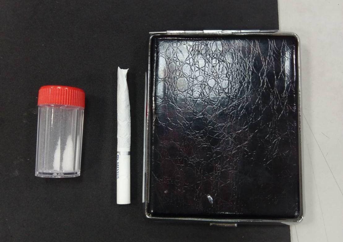 警方找到王姓男子踢進車底的裝K小塑膠罐等物。記者林保光/翻攝