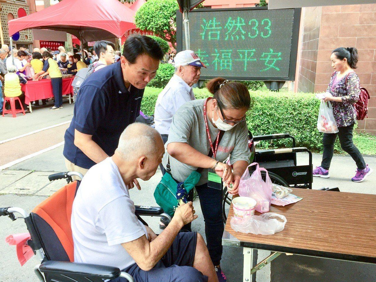台北市立浩然敬老院今天上午舉辦「浩然三三・幸福平安」慶祝活動,士林地檢署派出10...