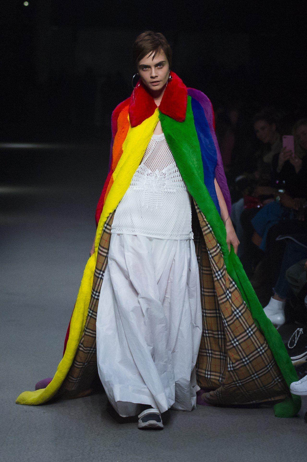 卡拉迪樂芬妮去年在倫敦時裝周壓軸走秀穿彩虹人造皮草披肩。圖/BURBERRY提供