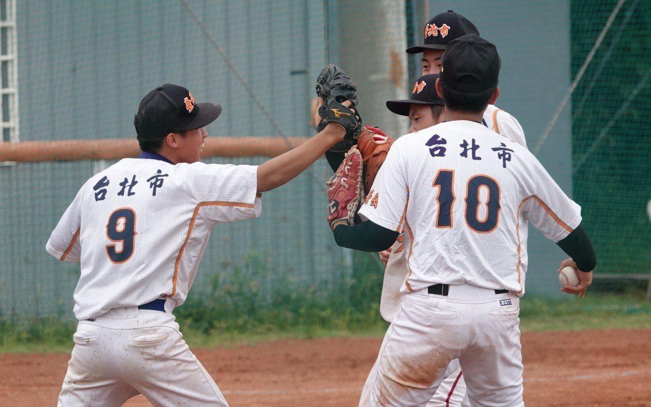 曾譯威(左)成功守住最後半局,與隊友擊掌慶賀。記者毛琬婷/攝影