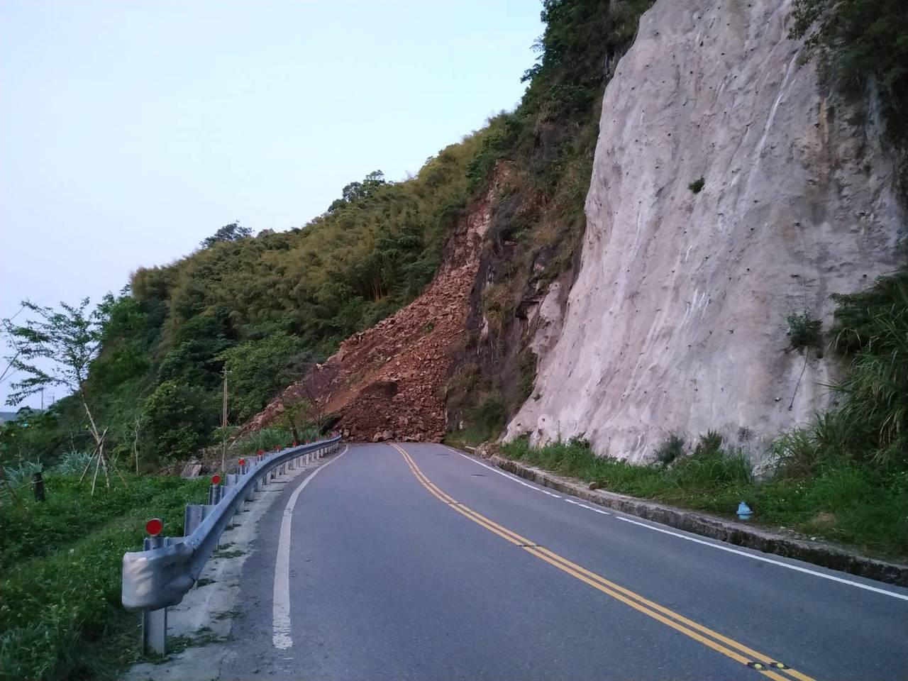 阿里山公路台18線78.3K因山區持續降雨,邊坡落石不斷造成雙向交通阻斷。記者謝...
