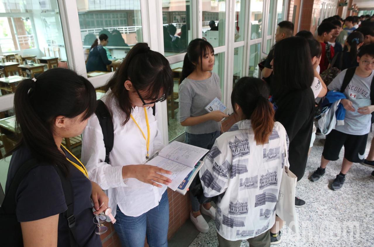 108年國中會考學生考前準備畫面。記者林俊良/攝影