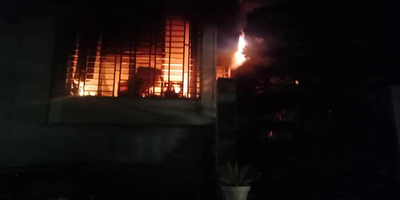 台南永康透天厝火警一死兩傷,消防人車抵達時,已冒出火舌。 圖/台南市消防局提供
