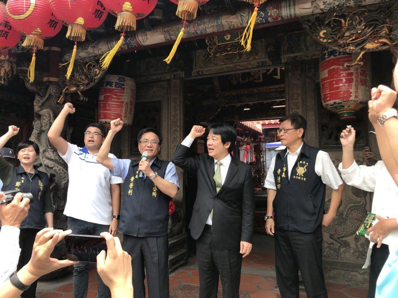 前行政院長賴清德(右二)「壯大台灣之旅」列車今天上午到朴子市配天宮開講,民眾高喊...
