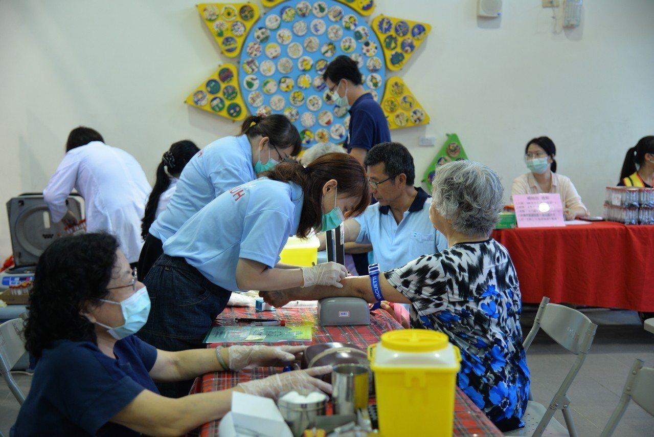 台北市雲林同鄉動員40多位醫療人員返鄉義診。記者李京昇/攝影