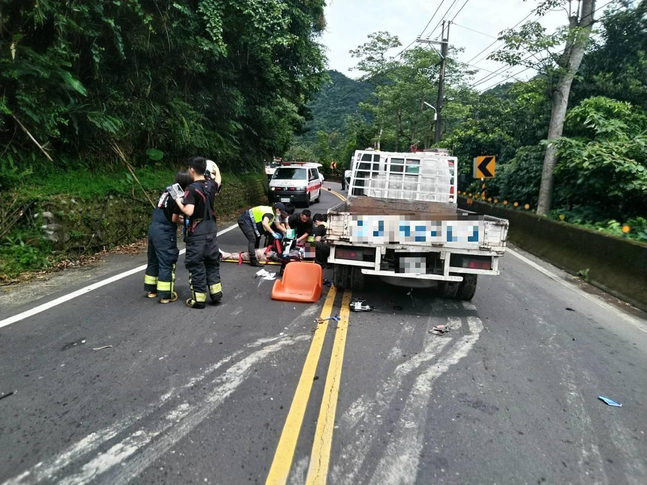 新北市石碇區今天發生一起重機車撞小貨車,導致機車騎士死亡的車禍意外,小貨車駕駛供...
