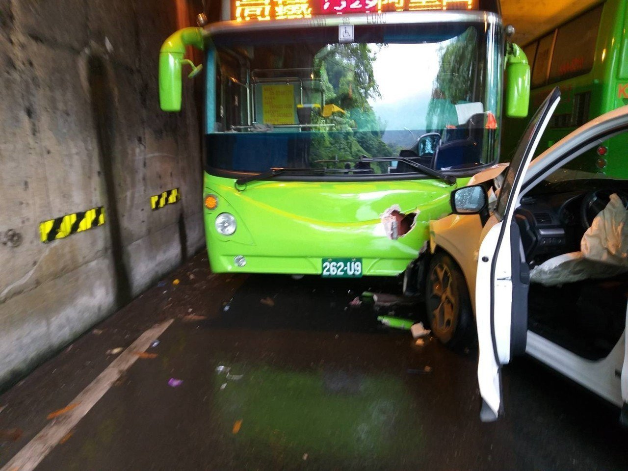 阿里山公路觸口明隧道發生3車撞擊。記者謝恩得/翻攝