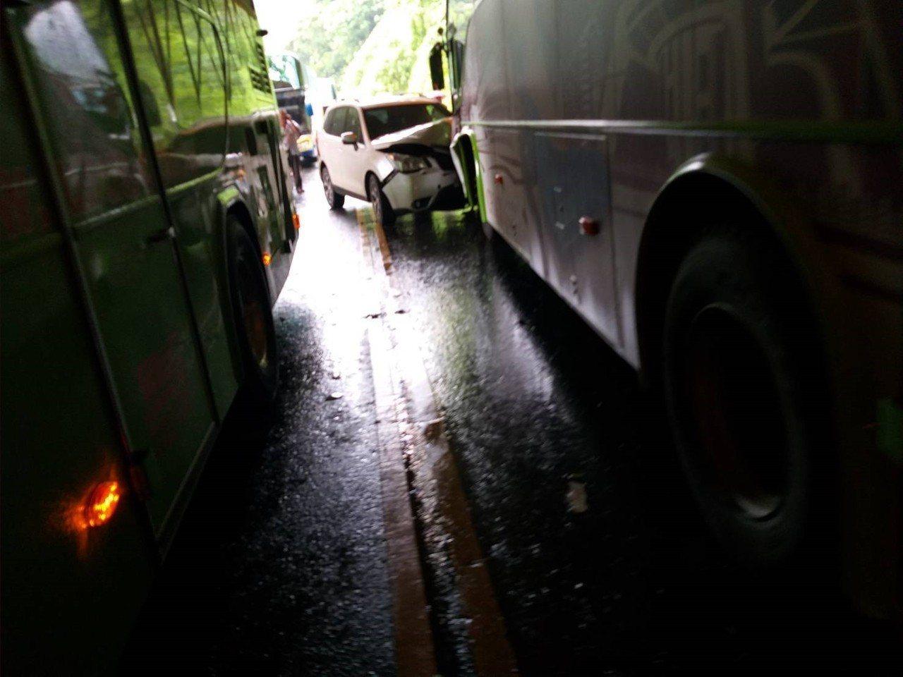 2大車和1小車在觸口明隧道車商。記者謝恩得/翻攝