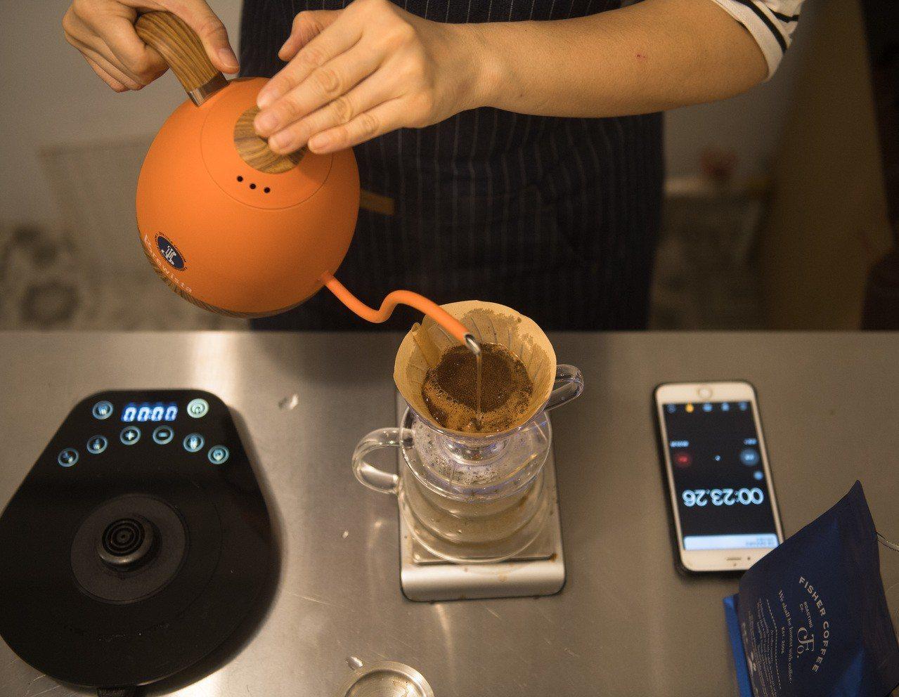 印尼咖啡豆今年豐收,消費者可望喝到較便宜的咖啡。圖為大陸杭州一家咖啡店店主正在手...