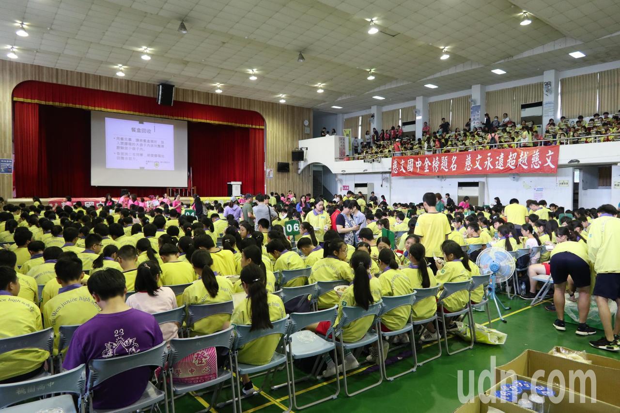 108國中會考首日,不少家長及學校教師團全程陪考。記者許政榆/攝影