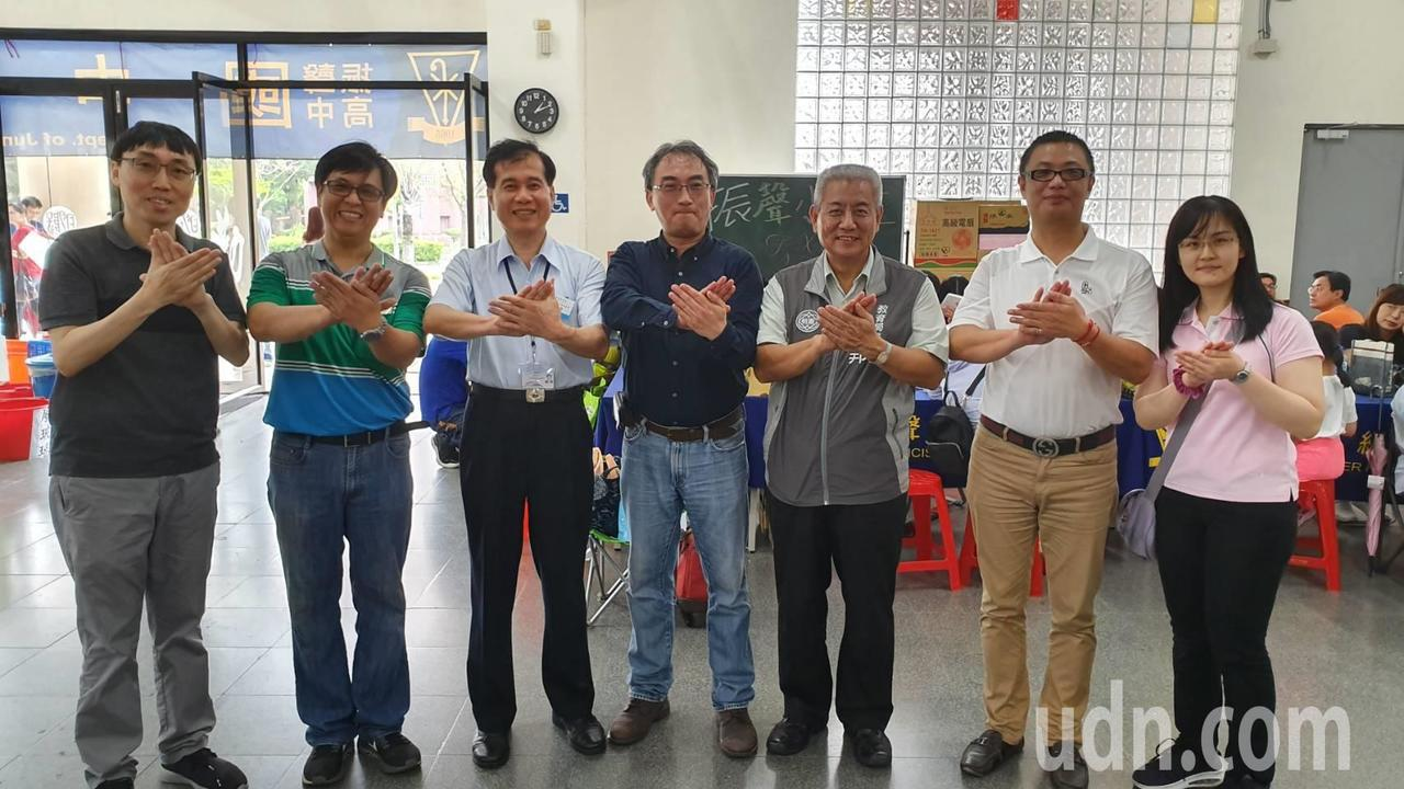 桃園市振聲高中校長劉安國(中)在學校力推「合作、支持、陪伴、鼓勵」手勢,桃園市教...