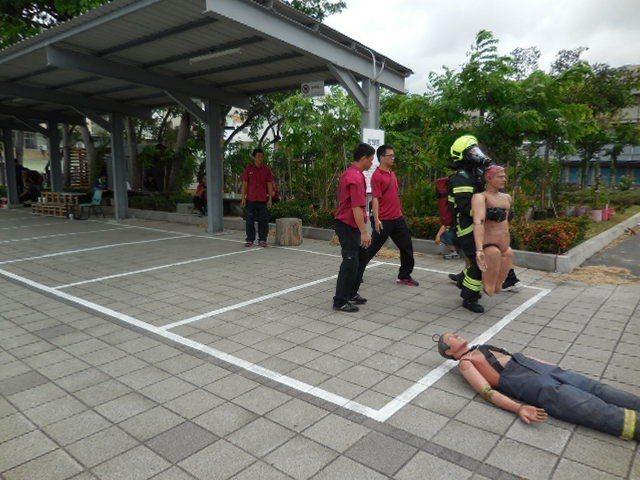 台南義消在救人測驗項目絲毫不馬虎,全員均獲得滿分。記者邵心杰/翻攝