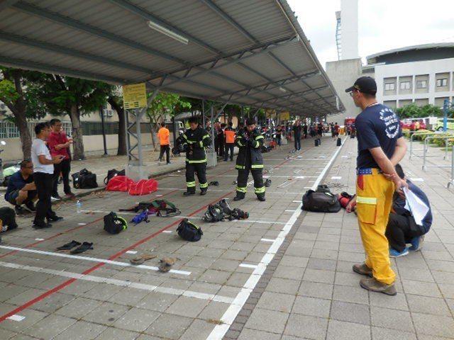 受測台南義消,穿戴起消防裝備迅速、確實。記者邵心杰/翻攝