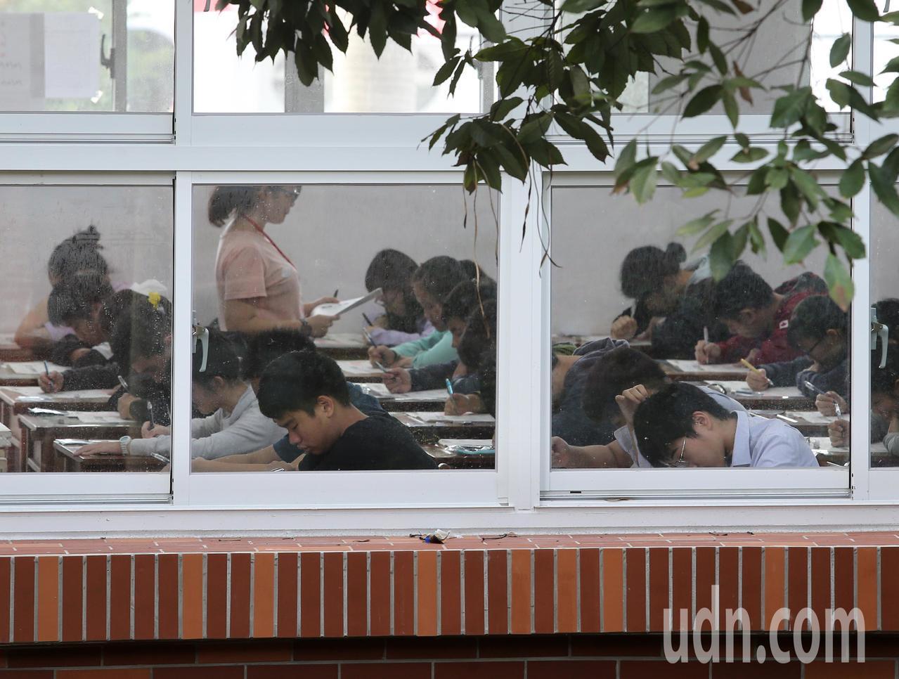 21萬多人報名的國中會考上午登場。記者林澔一/攝影