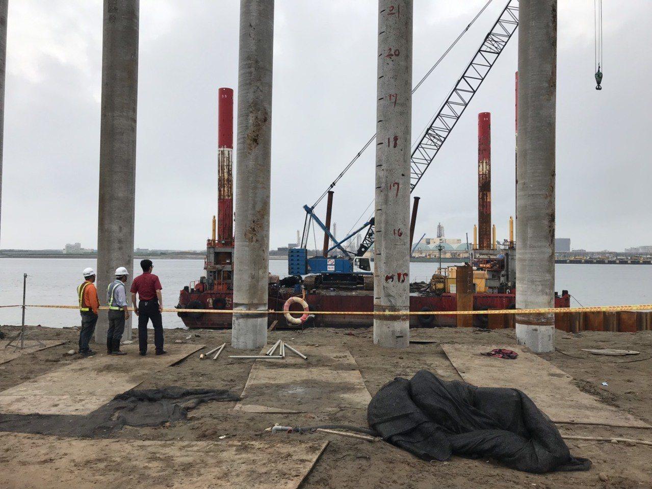 台中港36號碼頭今天發生工人落海意外,3人都受傷。記者游振昇/翻攝