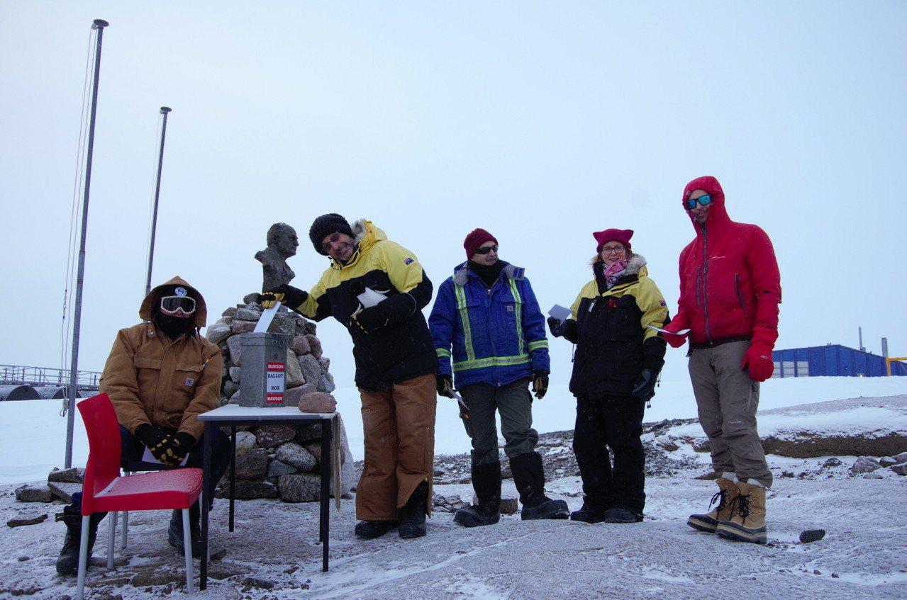 澳洲南極科研隊員依序投下神聖一票。歐新社