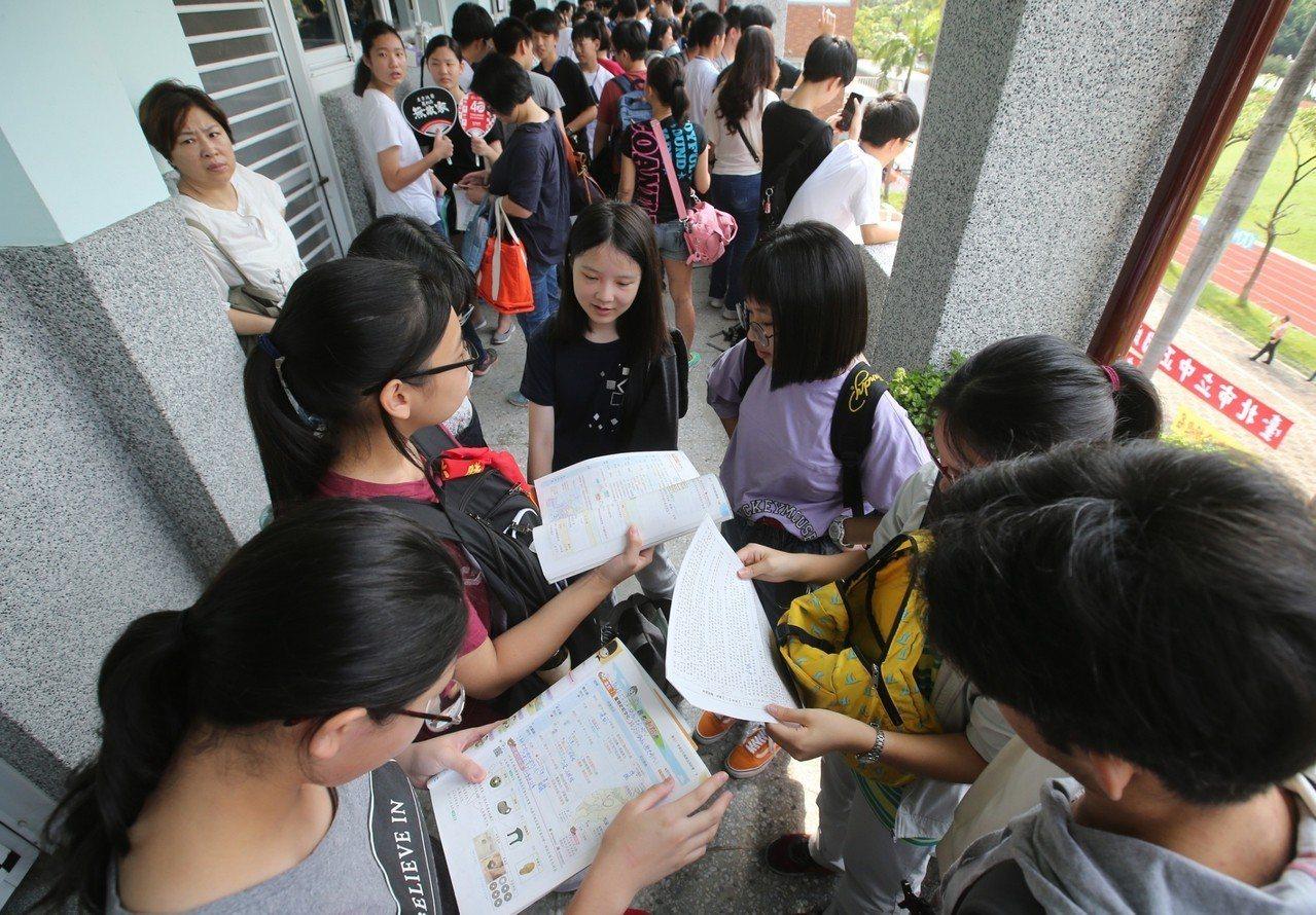 108年國中會考登場,超過21萬名考生報名。記者林澔一/攝影