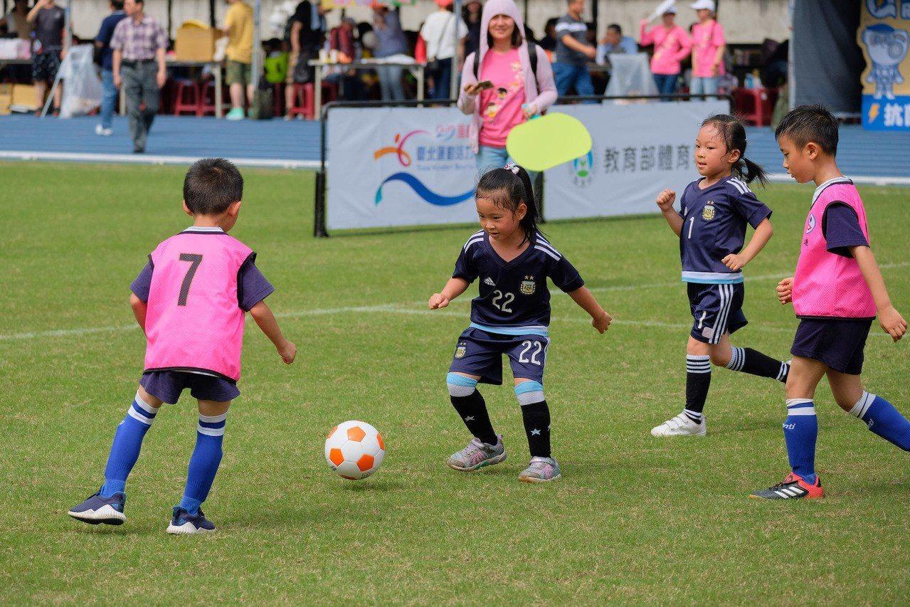 台北市喬治亞幼兒園推廣足球運動風氣,場上小朋友架勢十足。圖/主辦單位提供。