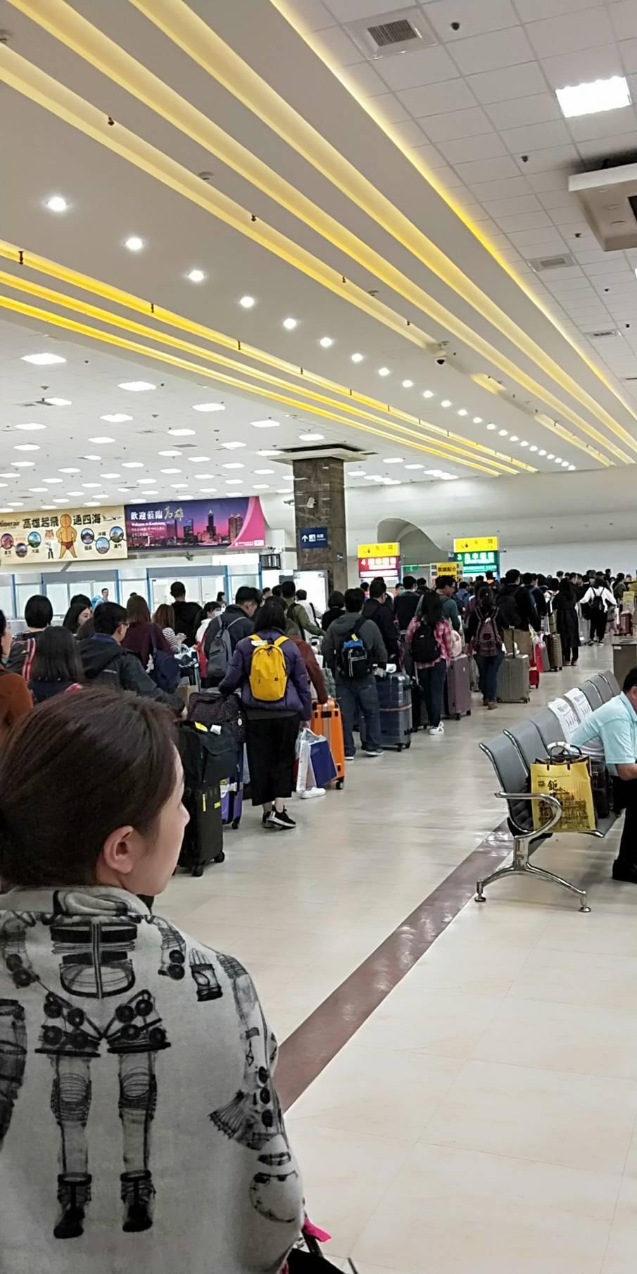 防範非洲豬瘟,海關查緝趨嚴,機場經常大排長龍。記者林政忠/攝影