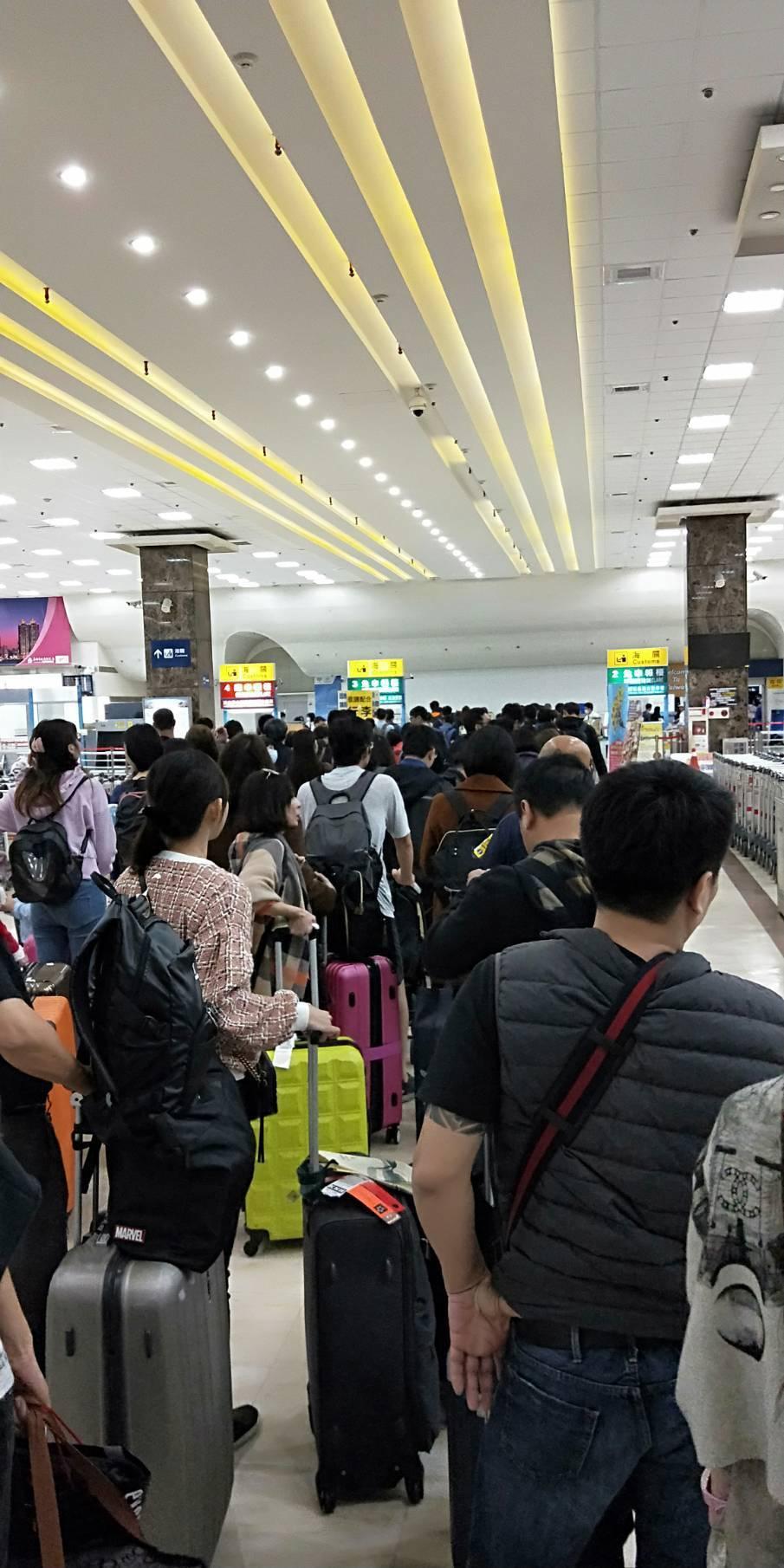 防範非洲豬瘟,海關查緝趨嚴,機場出境經常大排長龍。部分從日、韓購入的加熱菸也被海...