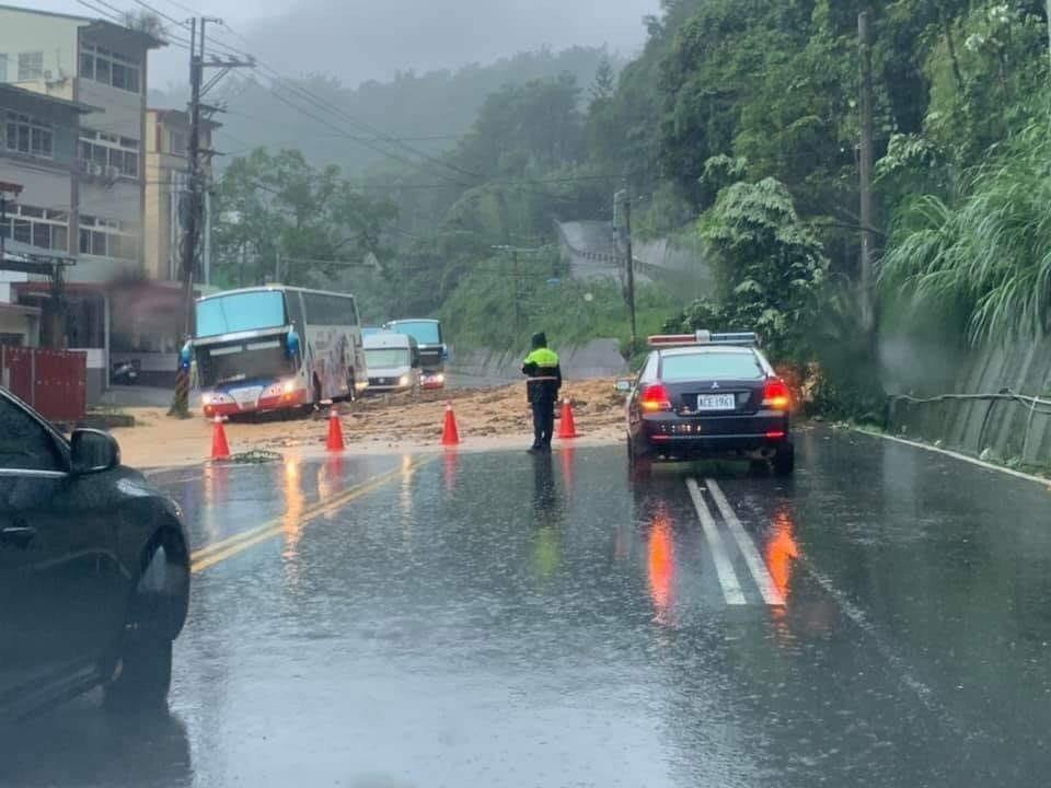 台21線暨南大學附近加油站上午土石流,導致車輛受困,警方在坍方地點前管制車輛進入...