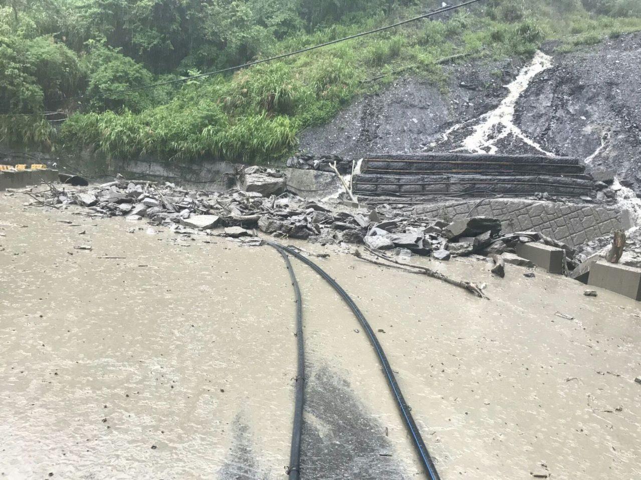 奧萬大森林遊樂區聯外道路坍方中斷,19日封園。圖/南投林管處提供