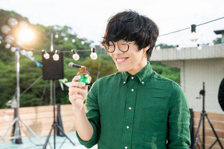 盧廣仲4年前與白蘭氏鷄精結緣,拍攝廣告時隨時飲用補充體力。圖/白蘭氏提供