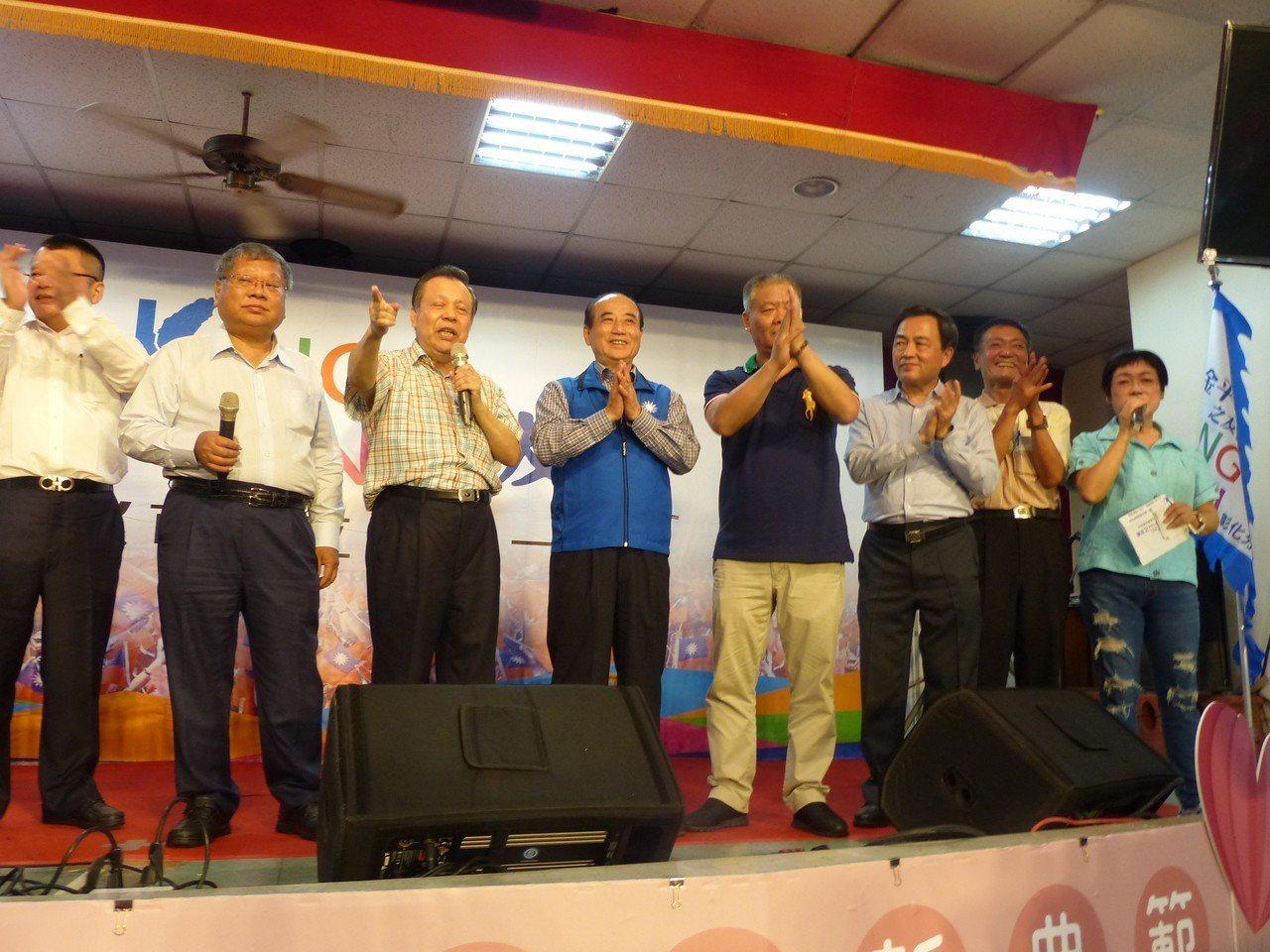 前立法院長王金平(左4)今天下午參加在彰化市向陽社區活動中心舉行的彰化市金平之友...