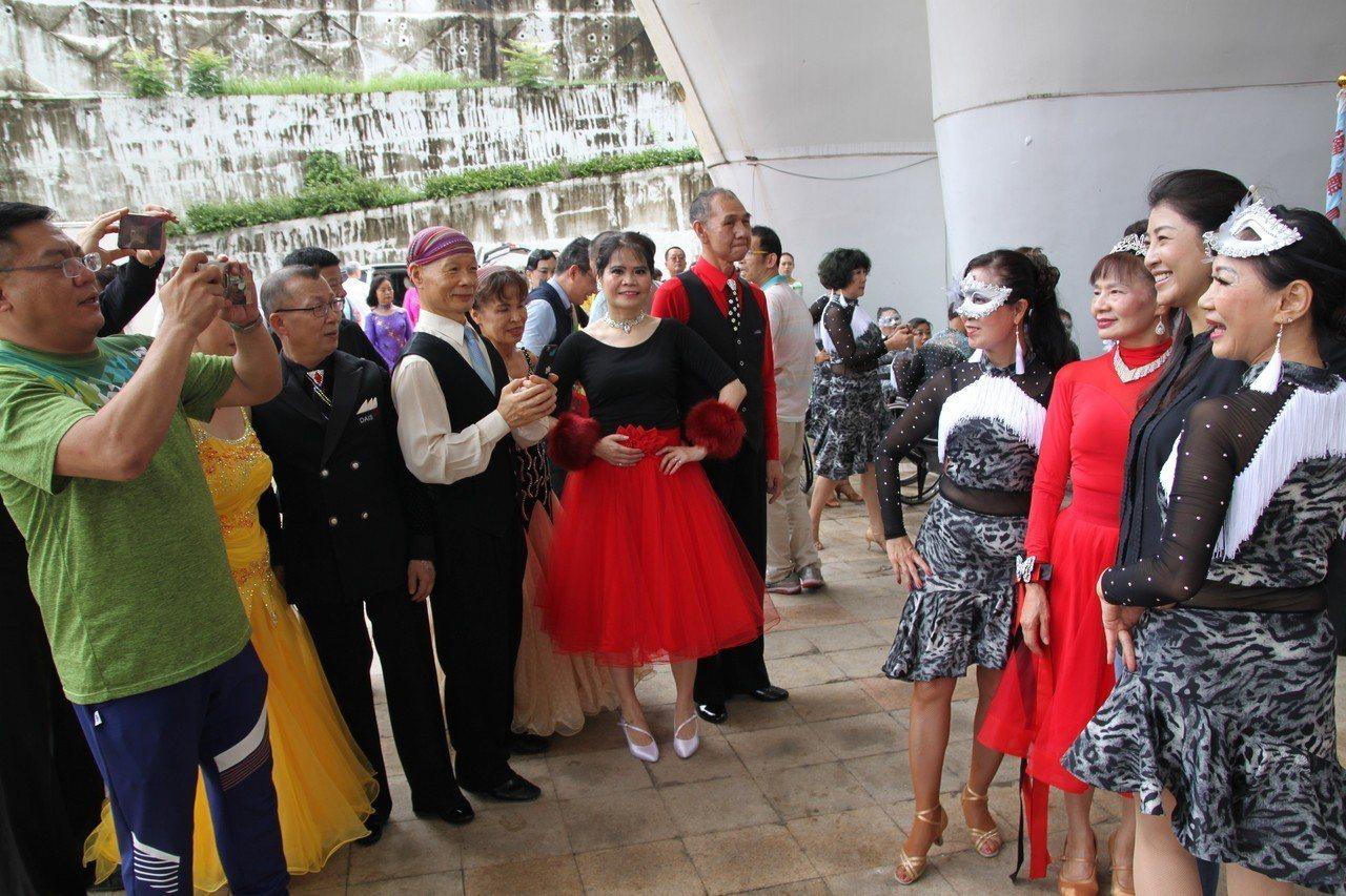 立委許淑華也是台灣體育總會副理事長,她一到場就引起許多舞者爭相和她合影。記者黃寅...