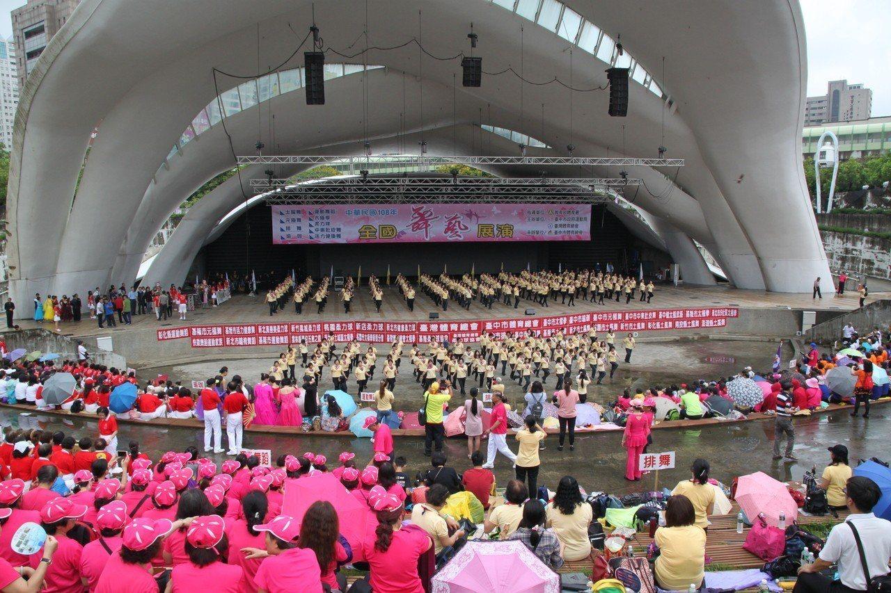 由台灣體育總會舉辦的「全國舞藝展演」,有來自全台的六千名舞蹈愛好者齊聚一堂以舞會...