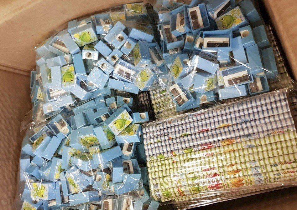 慈濟醫院東非義診團第著6000多支鉛筆、1000個削鉛筆盒,要將台灣滿滿的關心與...