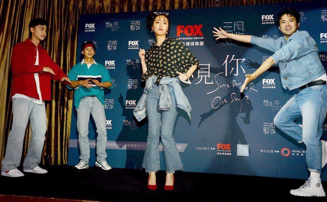 施柏宇(左起)、許光漢、柯佳嬿,顏毓麟大跳熱舞。圖/福斯傳媒提供