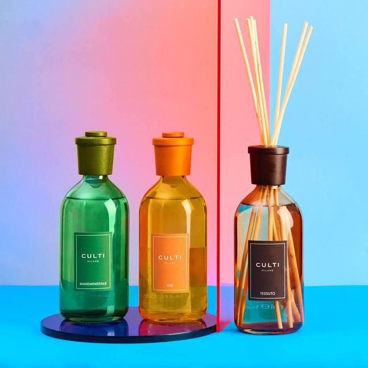 CULTI MILANO繽紛色彩系列不同的瓶色單一對應了特定的香氛,楓木瓶蓋染色...