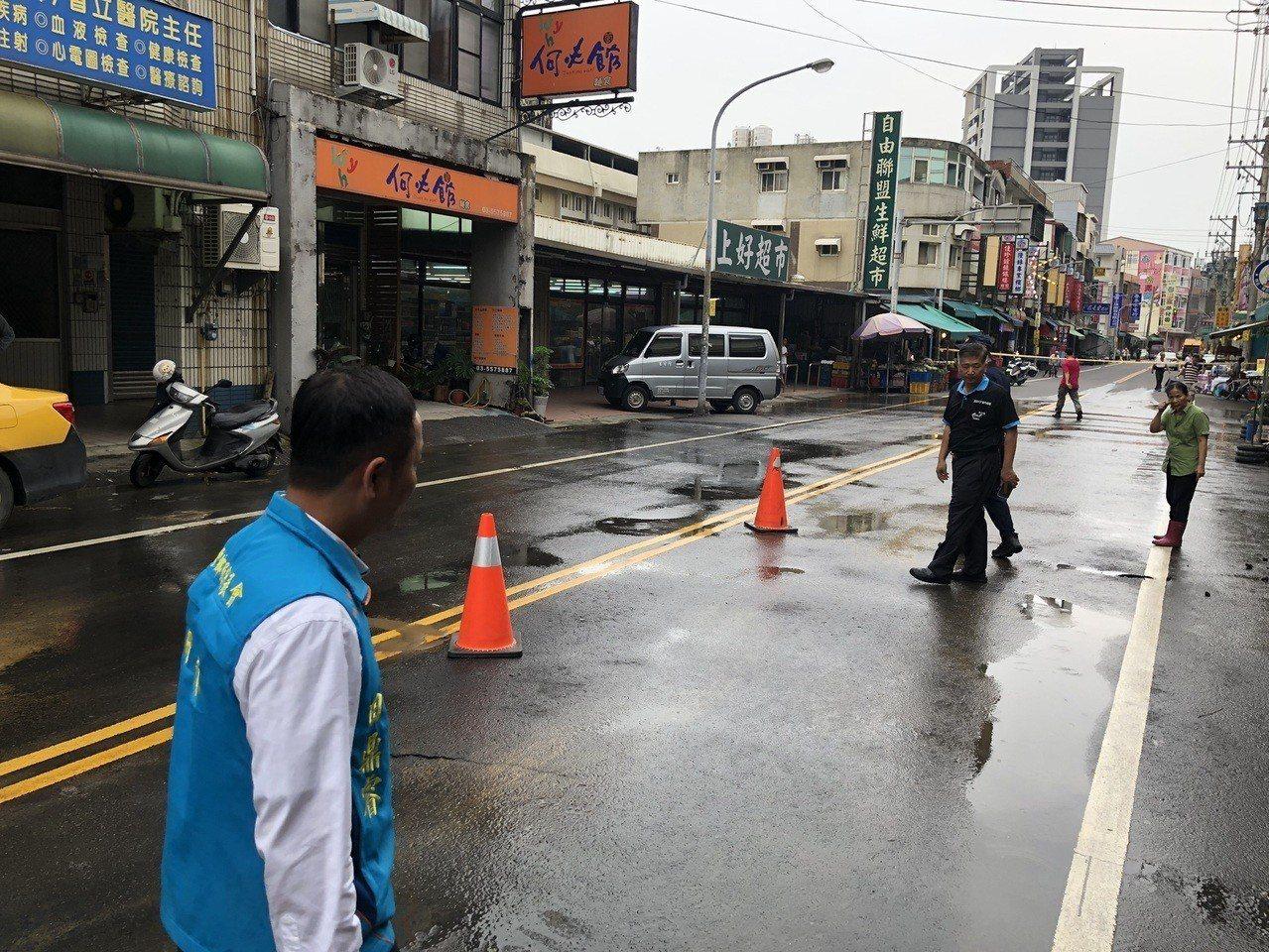 目前警方已到場拉封鎖線,進行交通疏導,新竹縣府工務處也派員到場瞭解狀況進行搶修。...