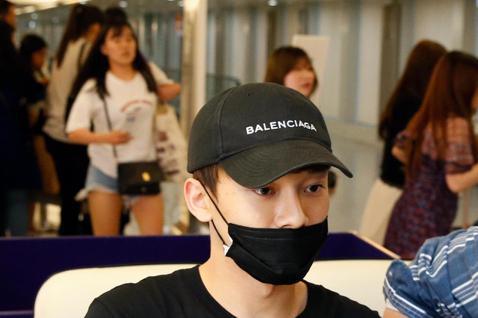 上個月才推出首張個人專輯的EXO成員CHEN傍晚搭乘KE-693班機抵達桃園機場,CHEN穿著一深黑色服裝、戴著黑色帽子與口罩低調地現身,雖然管制區及同班機有約20位粉絲接機,但是CHEN一語不發,...
