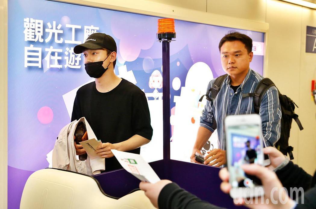 EXO成員CHEN(左)傍晚抵台,CHEN穿著一深黑色服裝、戴著黑色帽子與口罩低...