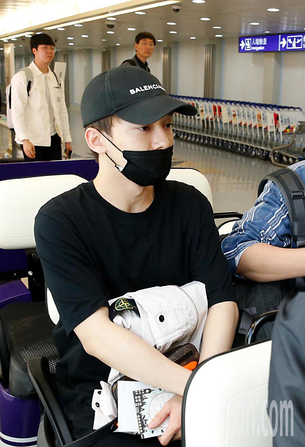 EXO成員CHEN傍晚抵台,CHEN搭乘商務中心車輛離去。記者鄭超文/攝影