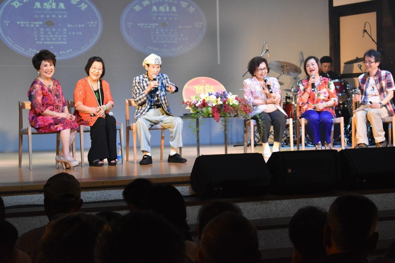 高齡92歲的國寶級歌王文夏(左三)今天率新一代「文夏四姐妹」文香、紀露霞、于櫻櫻...