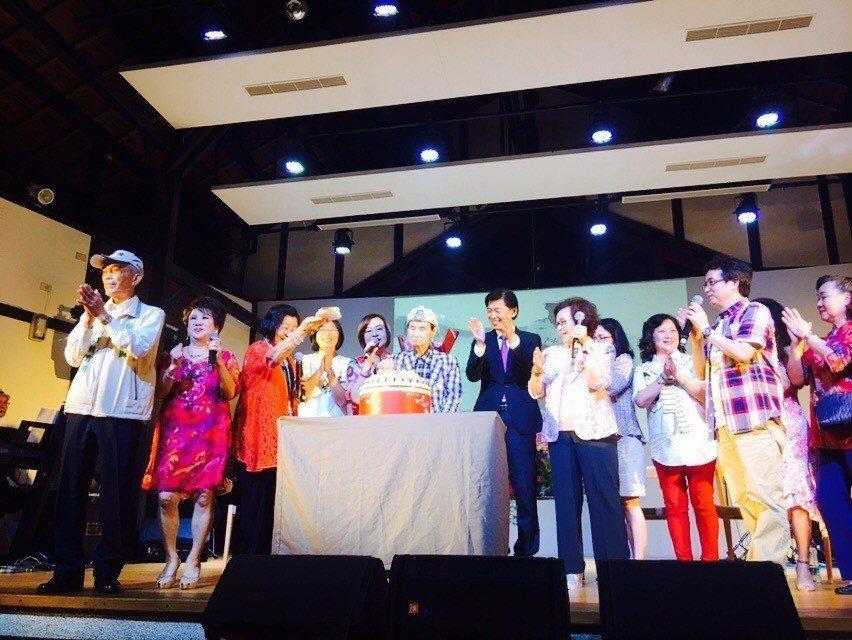 台南文化局今天在永成戲院舉辦「寶島系列」活動,並為高齡92歲國寶級歌王文夏慶生。...