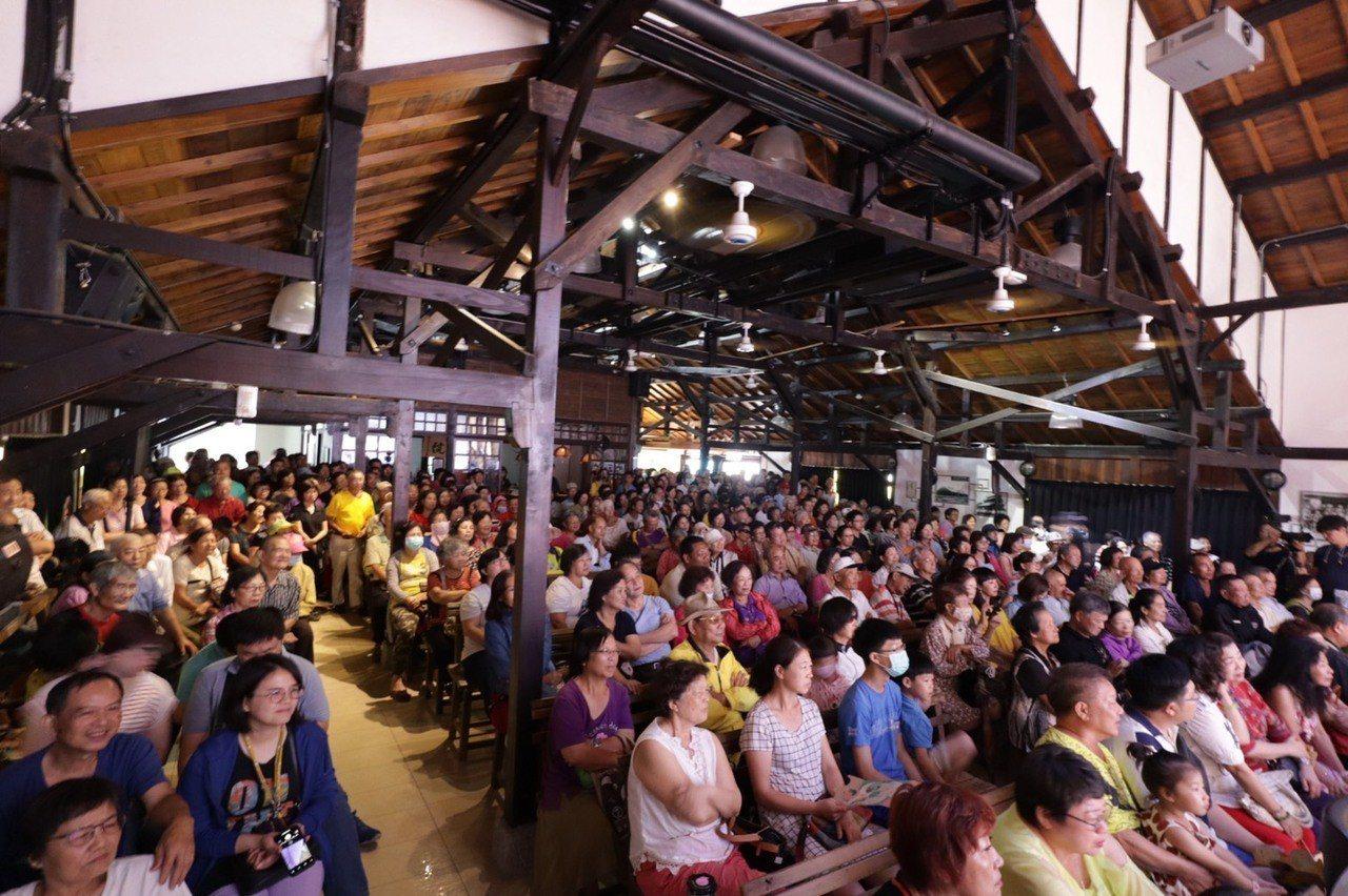 台南永成戲院以「寶島系列」為主題,邀請文夏和新一代文夏四姐妹登台,粉絲擠爆會場。...