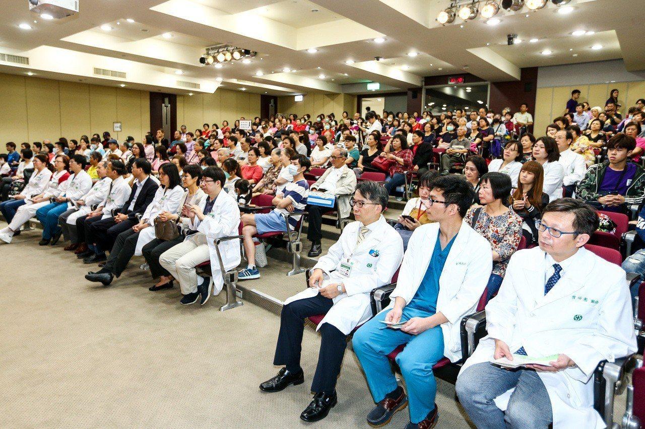 亞東醫院舉辦「懷恩節」追思器官捐贈者典禮,參與者專注聆聽分享。記者王騰毅/攝影