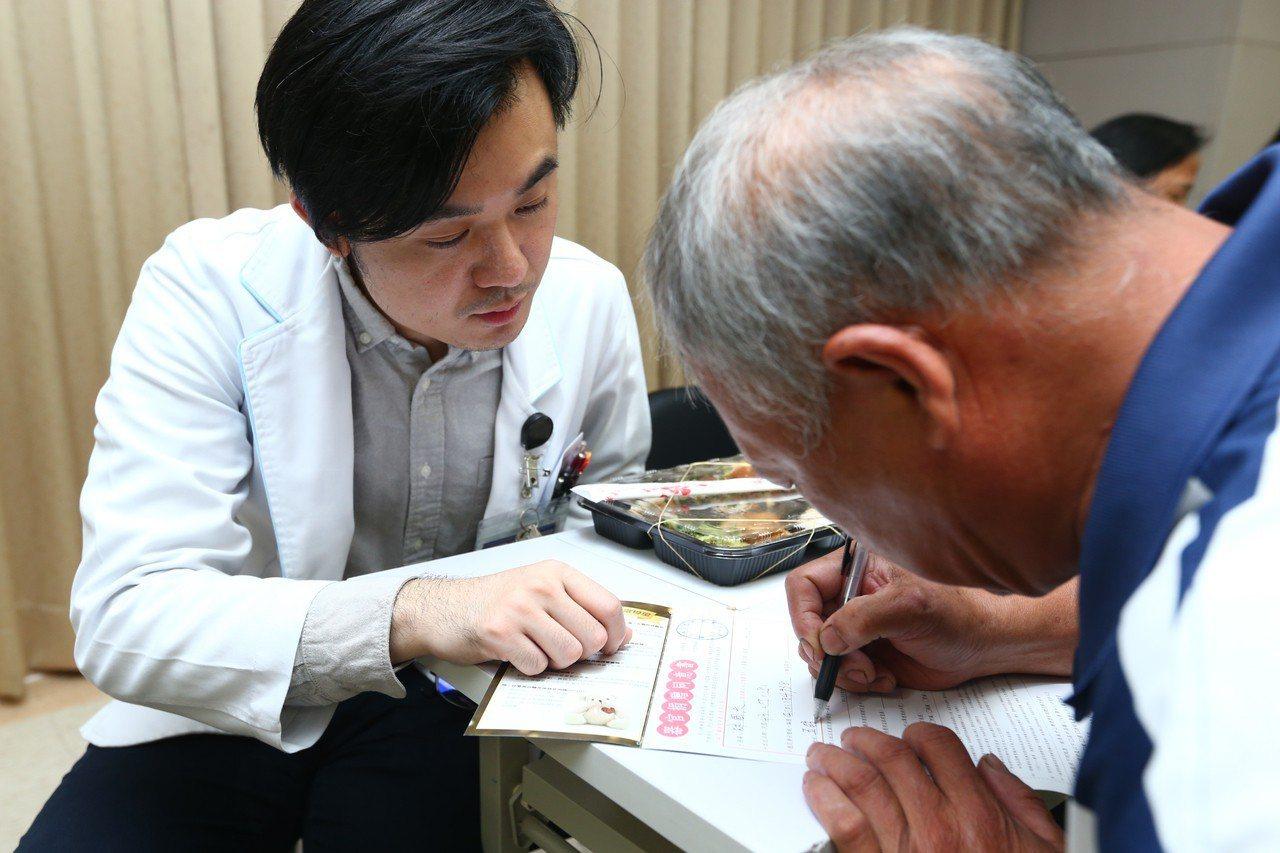 亞東醫院舉辦「懷恩節」追思器官捐贈者典禮,現場有參與者願意簽署器官捐贈同意書,醫...