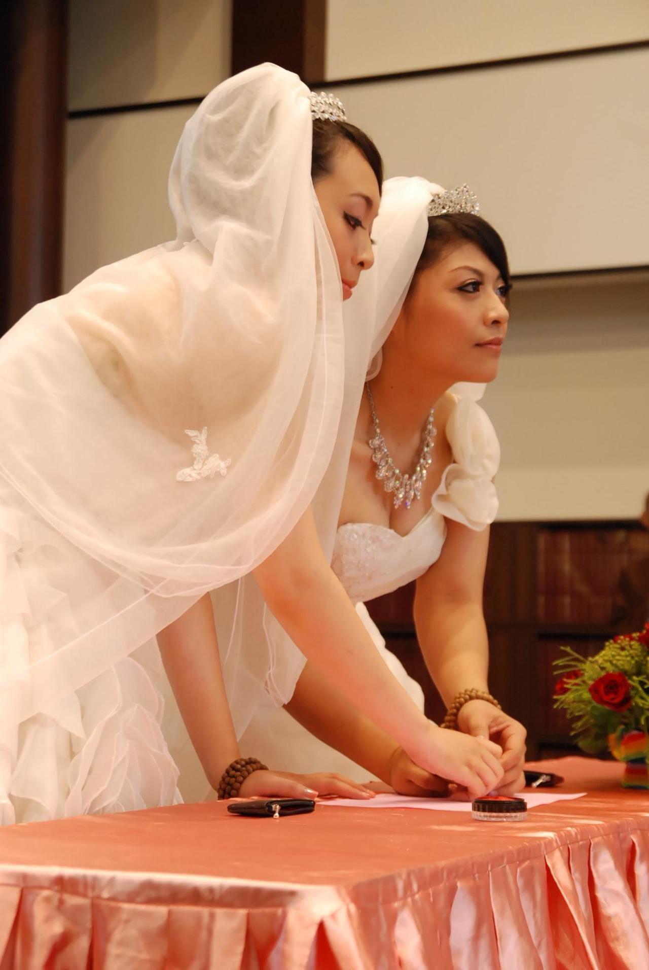 2012年8月,雅婷(左)、美瑜在佛教弘誓學院創辦人釋昭慧法師的主持證婚下,完成...